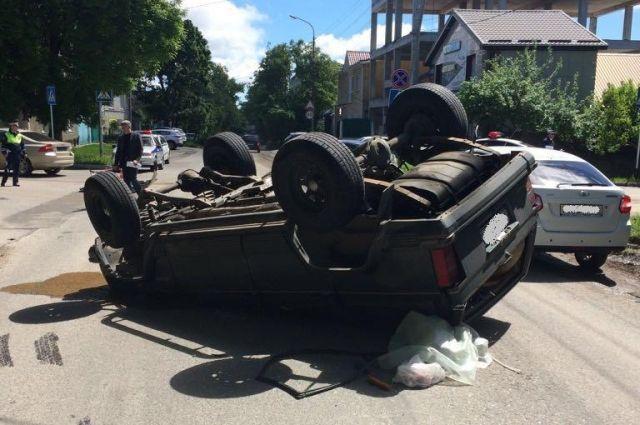ВСтаврополе легковушка врезалась в вседорожный автомобиль, двое пострадали