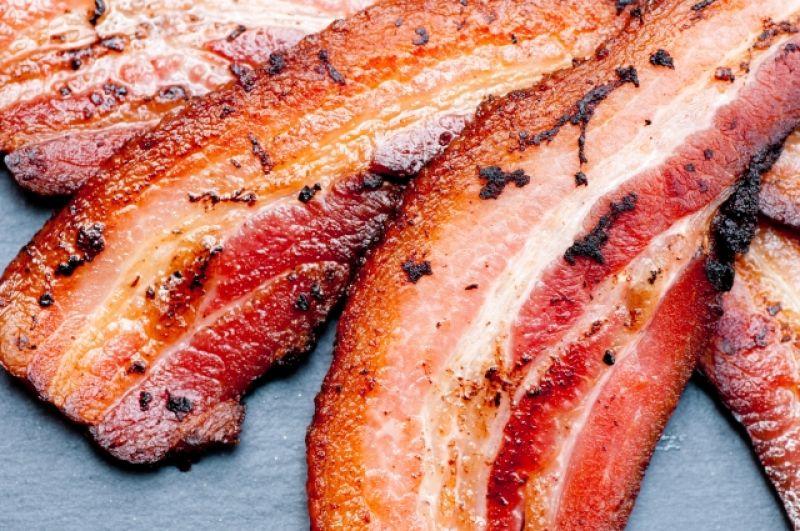 Бекон, жаренный на сковороде – 500 ккал, надо заметить, что свиная отбивная с полоской жира имеет почти такую же калорийность – около 490 ккал.