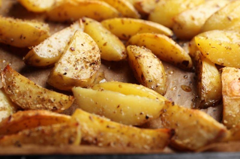 Картофель. Сам по себе картофель не слишком калориен. В 100 г отварной картошки – 82 ккал, в жареном – 192. А вот картошка фри потянет на 505 ккал.