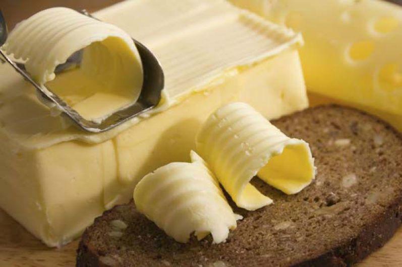 Сливочное масло. В несоленом сливочном с 82 % жирности – 720 ккал. Крестьянское менее калорийно – 660 ккал. Получается, что только 20 г масла в простом бутерброде с сыром потянут почти на 150 ккал.