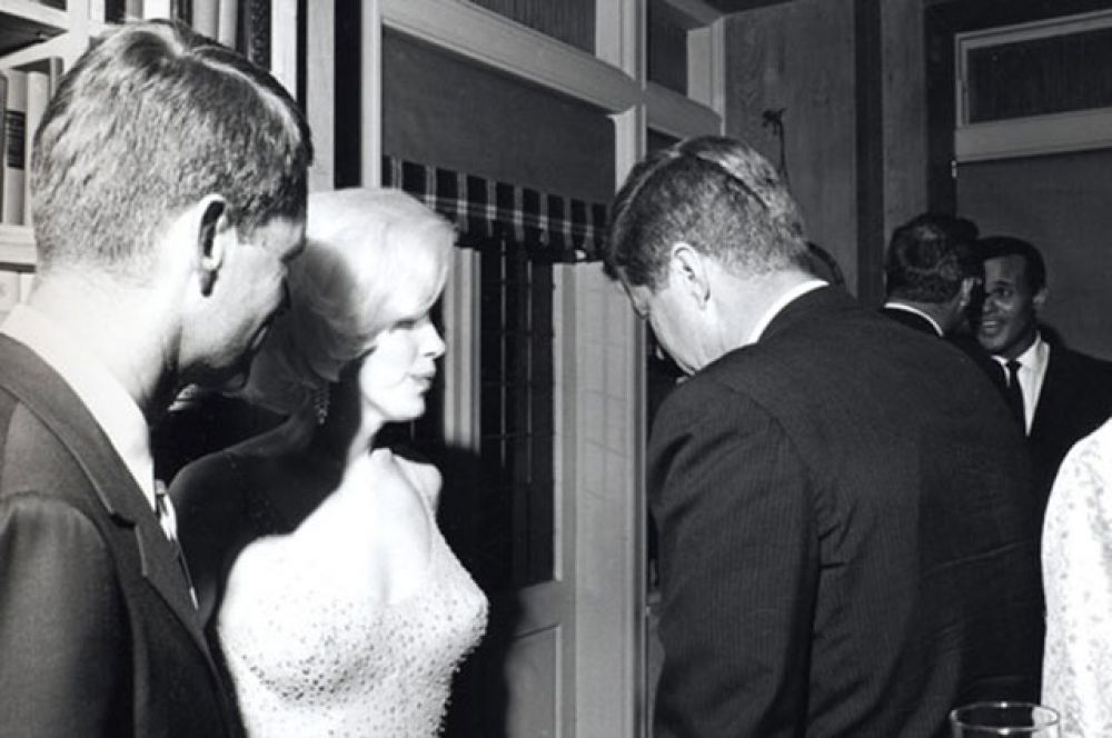 Отношения в семье были далеки от идеальных. Предположительно, виной тому были частые измены молодого политика. В частности, Кеннеди приписывается роман со знаменитой Мэрилин Монро.