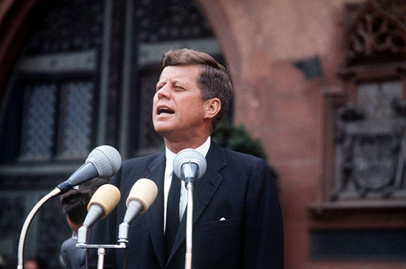 В 1960 году 43-летний Джон Кеннеди с незначительным перевесом победил Ричарда Никсона на президентских выборах и стал 35-м главой США.