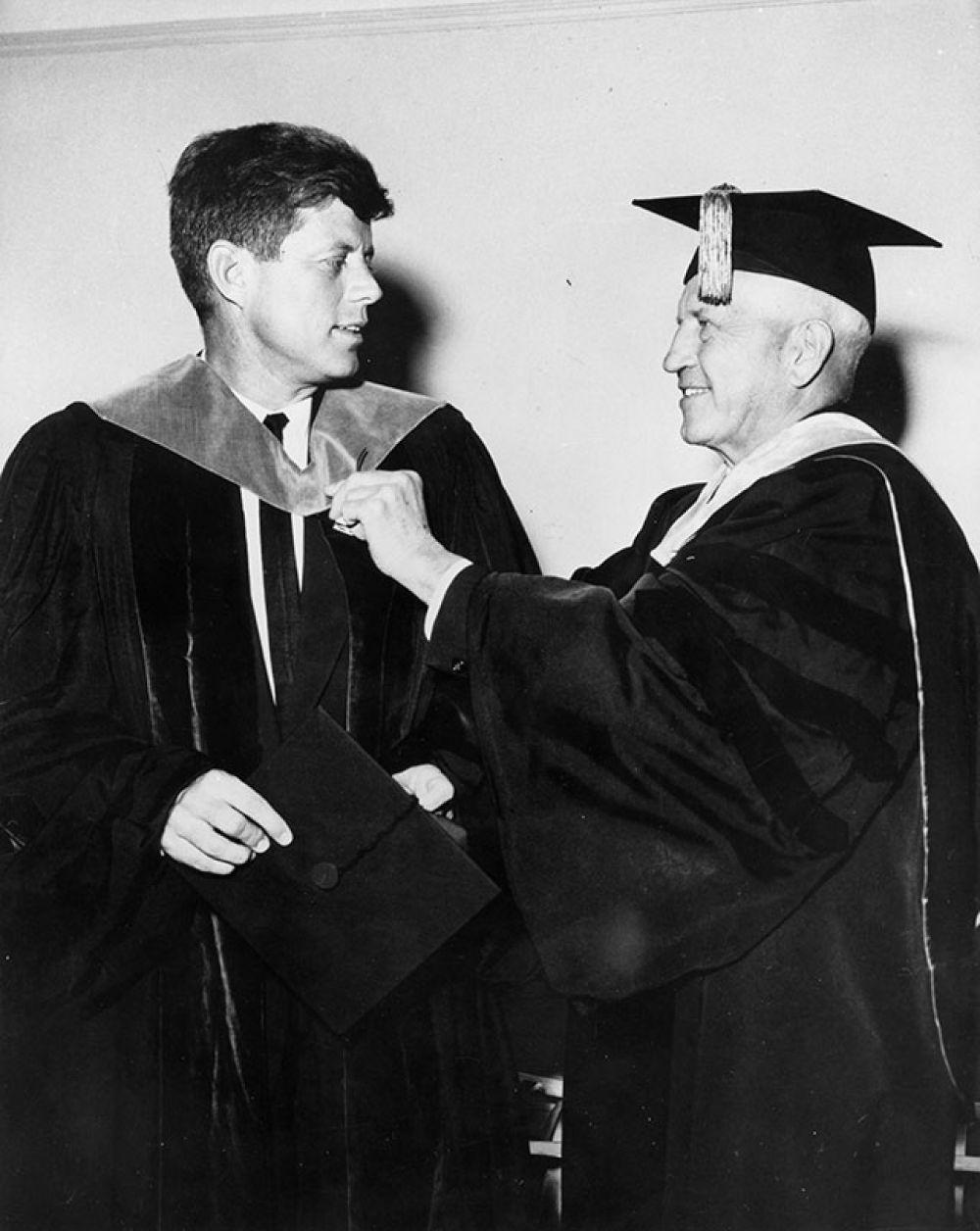После средней школы Джон Кеннеди поступил в Гарвард, который с успехом окончил в 1940 году.