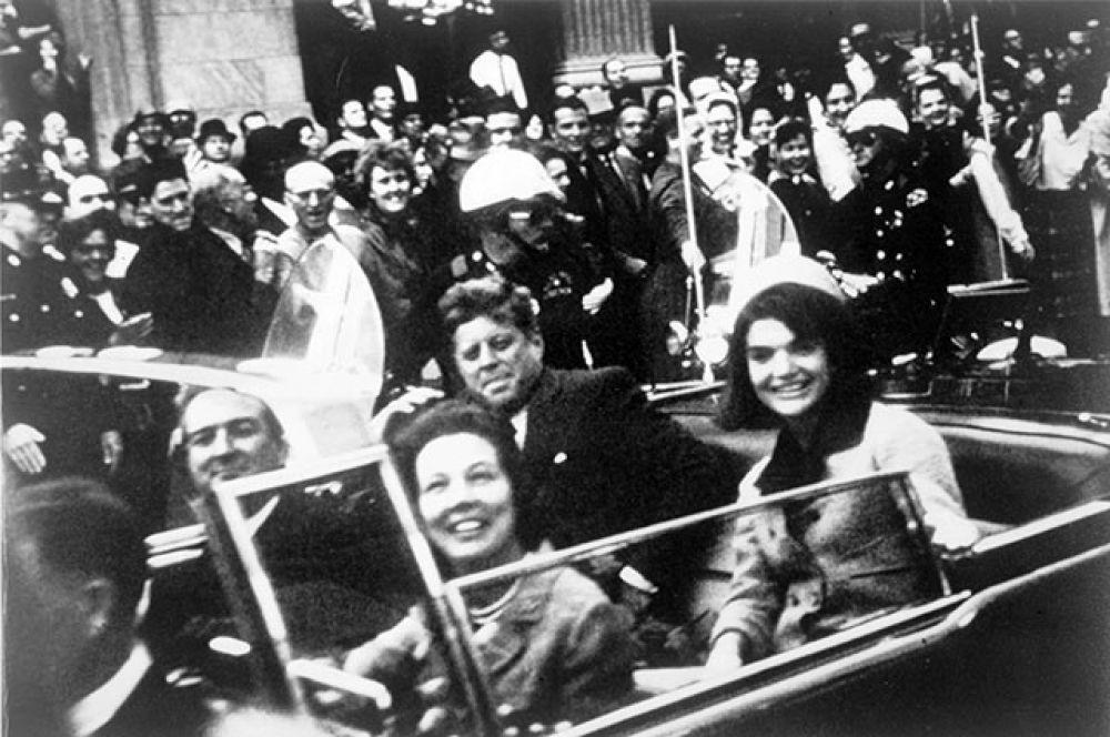 Джон Кеннеди был убит 22 ноября 1963 года в Далласе (штат Техас, США) бывшим морским пехотинцем Ли Харви Освальдом. Точные мотивы преступления до сих пор неясны.