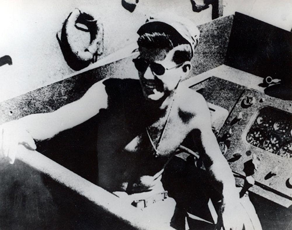 По окончании университета будущий президент отправляется в армию. В 1943 году, будучи капитаном торпедного катера, он принял участие в боевых действиях в Тихом океане. За проявленный героизм во время выполнения одного из заданий Джон Кеннеди награжден множеством орденов и медалей.