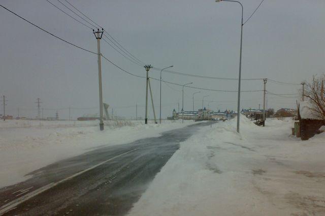 В Салехарде снегоуборочная машина столкнулась с легковушкой.