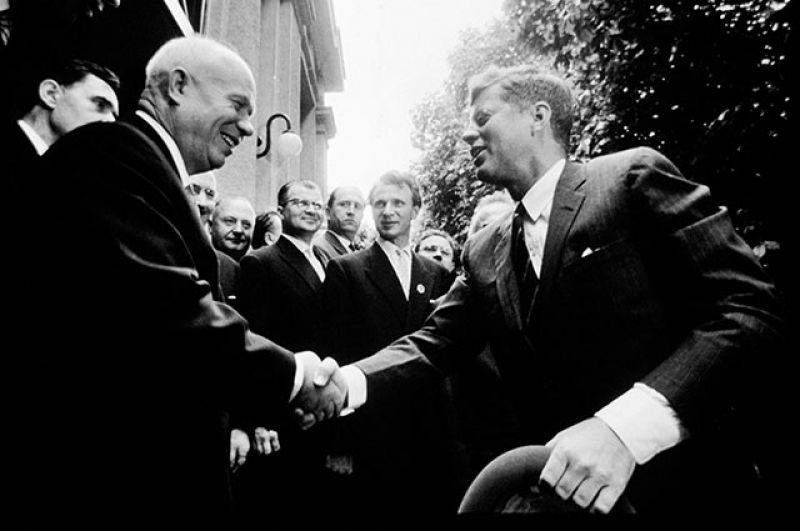 Во внешней политике президентство Кеннеди отмечено Карибским кризисом и последующим заключением первого Договора об ограничении ядерных испытаний между СССР и США. На фото: встреча Никиты Хрущева и Джона Кеннеди в Вене в 1961 году.