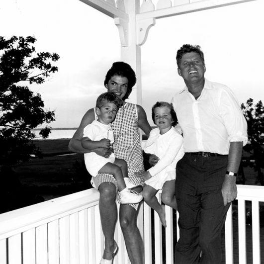 У Джона и Жаклин родилось четверо детей, двое умерли в младенчестве; выжили дочь Каролина и сын Джон.