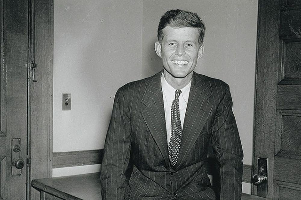 После войны Джон некоторое время посвящает журналистке. Однако вскоре отец уговаривает его заняться политикой. В 29 лет Джон Кеннеди становится конгрессменом от демократической партии.