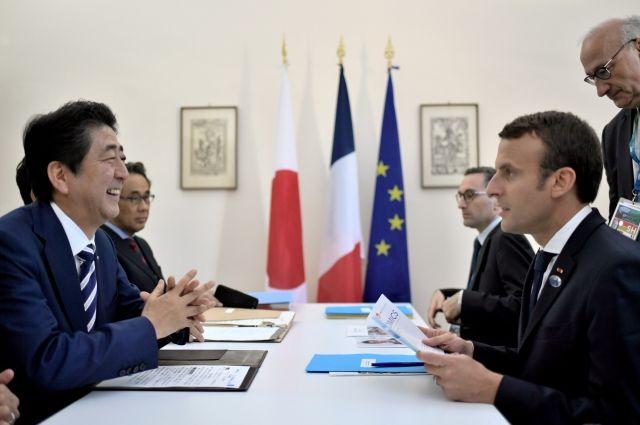 Абэ и Макрон поговорили о важности диалога с Россией