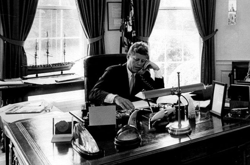Во время президентства Кеннеди произошло усиление вмешательства США в гражданскую войну во Вьетнаме; в 1961 году он отправил в Южный Вьетнам первые регулярные войска.