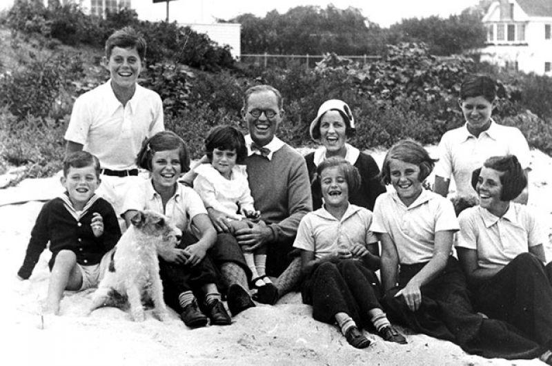 Джон Кеннеди (крайний слева в верхнем ряду) родился в городе Бруклайн (штат Массачусетс, США) 29 мая 1917 года в семье предпринимателя и политика Джозефа Патрика Кеннеди и филантропа Розы Элизабет Фицджеральд.