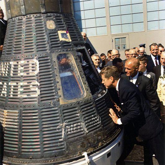 При Кеннеди Соединенные штаты добились существенного прогресса в освоении космоса. Не смотря на фактически проигранную СССР космическую гонку, американцы первыми отправили человека на Луну.