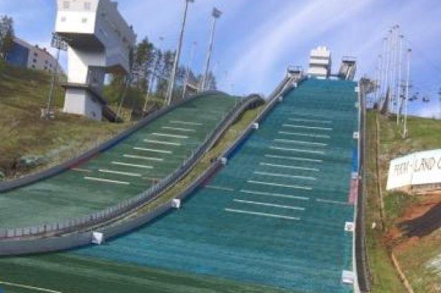 Участникам предстоит 400 метров гонки на выживание к вершине горнолыжного трамплина