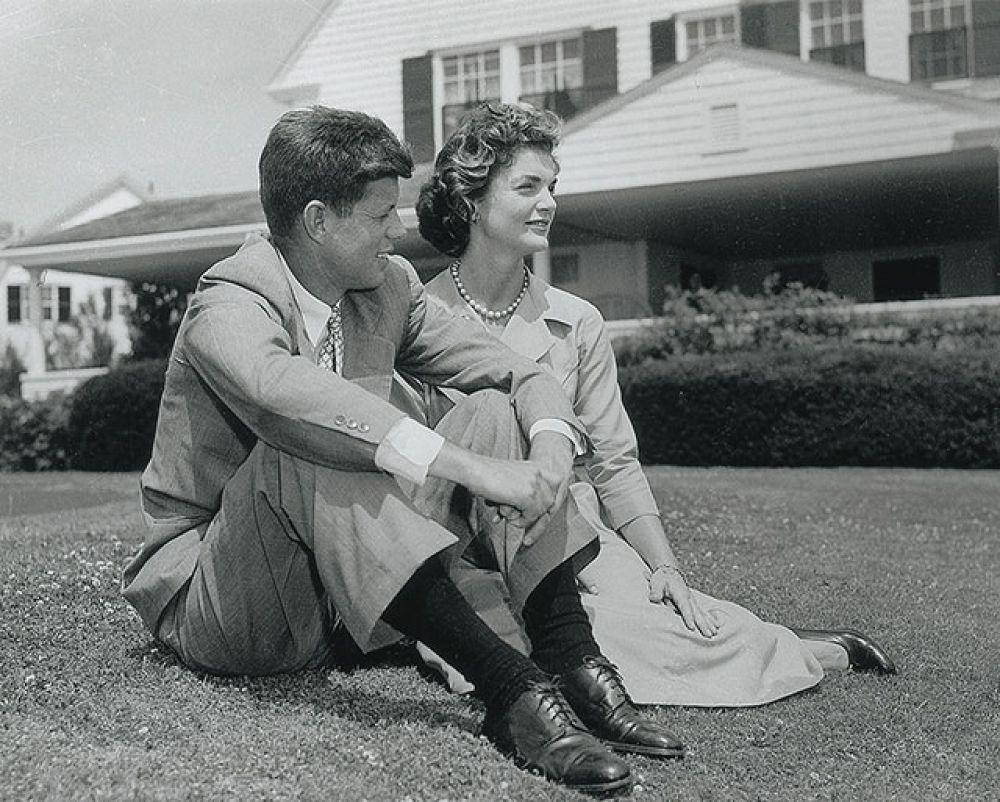 В 1953 году Кеннеди уже сенатор. Именно в это время в его жизни появляется Жаклин Бувье.