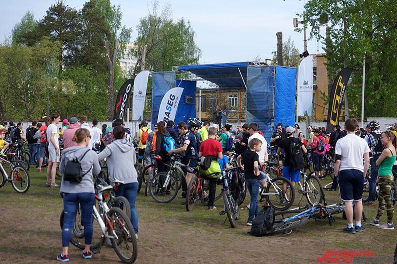 Общим местом сбора для участников велопробега «Пермское кольцо» стал стадион Локомотив. На поле организаторы поставили большую сцену.