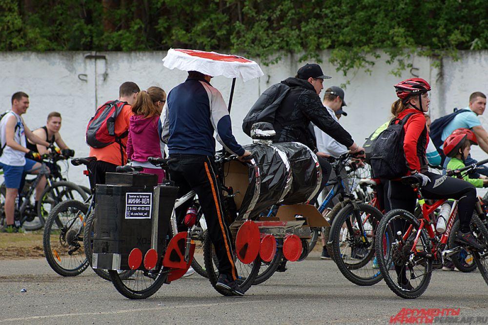 Более опытные велосипедисты отправились по маршруту на 20 километров по улице Мира до Грибоедова до посёлка Архиерейка.