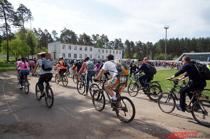 Велосипедисты сначала должны объехать круг на стадионе.