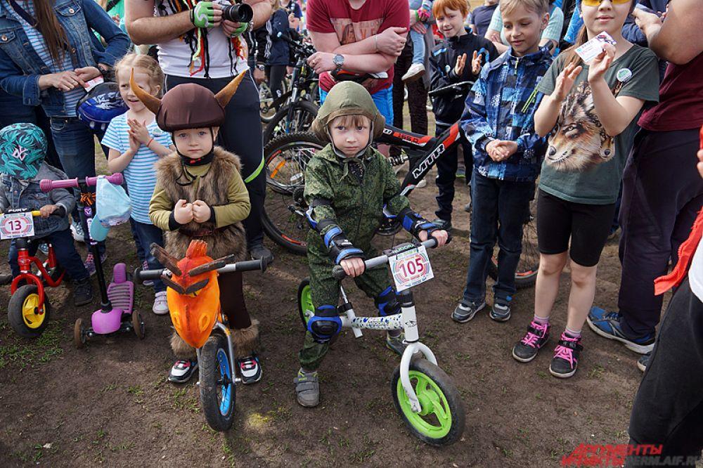 В том числе и совсем юные велосипедисты.
