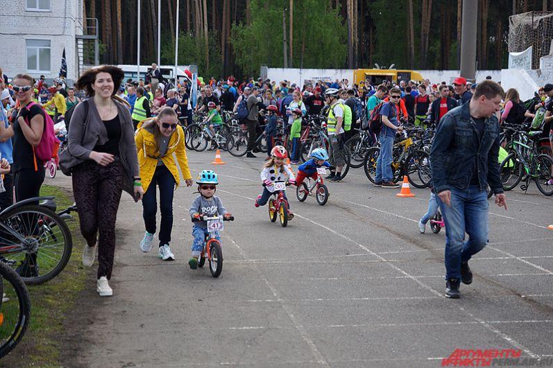Перед стартом для гостей праздника были устроены различные конкурсы. Так, для маленьких любителей активного отдыха прошёл символический забег на велосипедах.