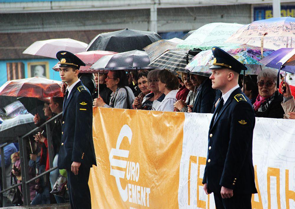 Зрители предусмотрительно запаслись зонтами