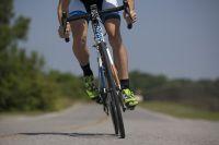 Велосипедист был сбит на дороге