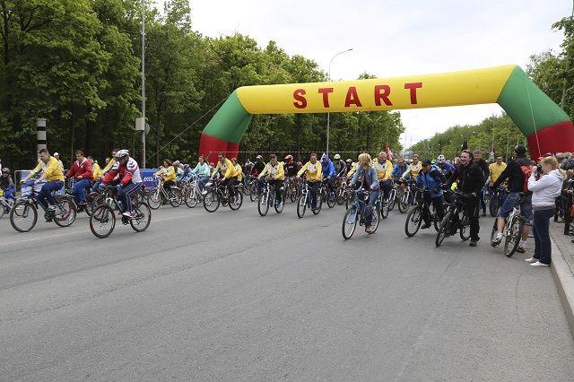 Из-за велопарада в районе Окружной перекрыли движение транспорта.