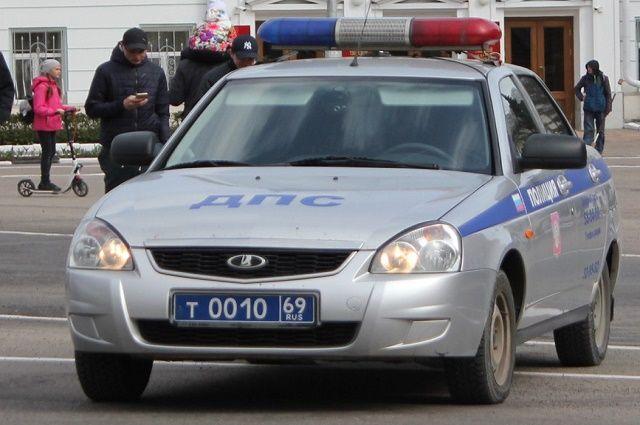 В Тюмени «Мерседес» снес светофор и перевернулся