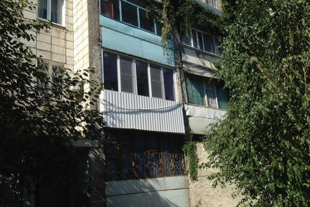 Снаряд угодил в застекленный балкон