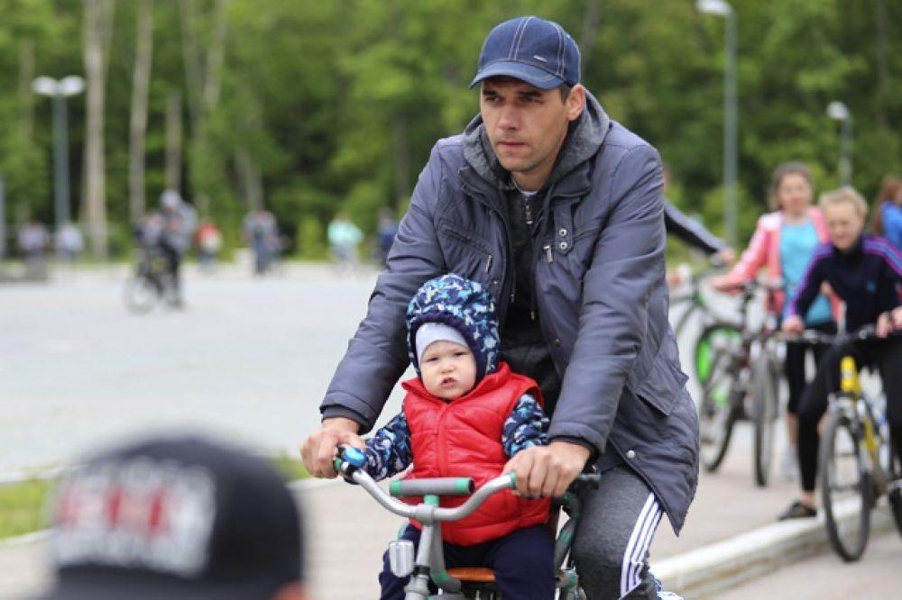 Самого маленького велосипедиста возил папа.