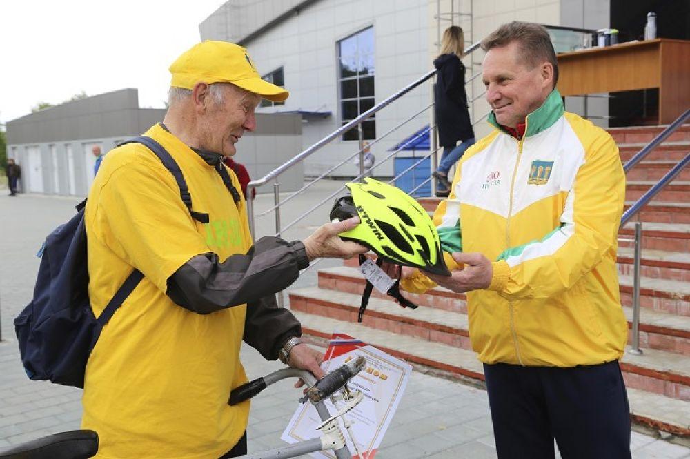 Мэр поздравляет самого опытного участника Велопарада - 77-летнего Владимира Хлебушкина.