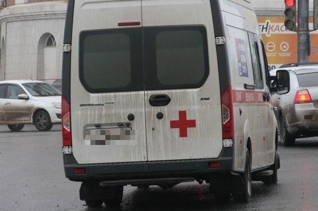 Бригада скорой помощи должна была отвезти пациента с инфарктом в Пермь. Но на карточке водителя не оказалось денег.