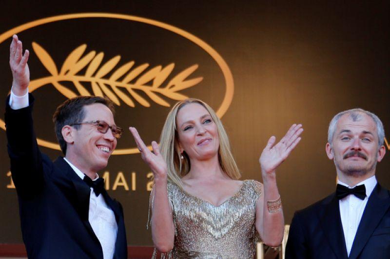 Актриса Ума Турман, президент кинофестиваля «Un Certain Regard», выступает с членами жюри Карелом Очем и Редой Катеб.