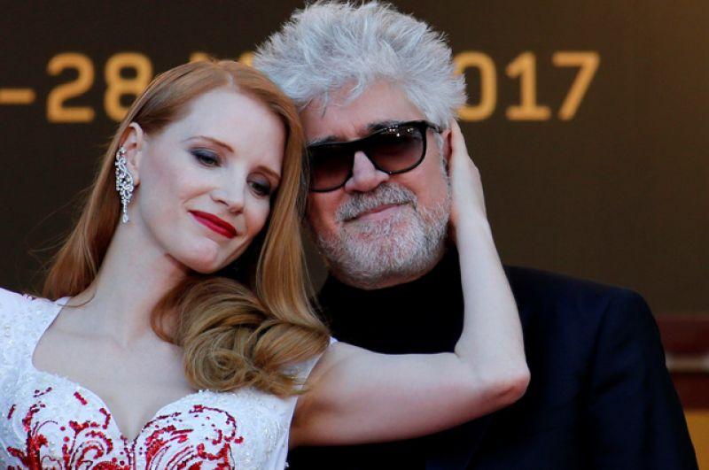 Режиссер Педро Альмодовар, председатель жюри 70-го Каннского кинофестиваля и член жюри Джессика Честейн.