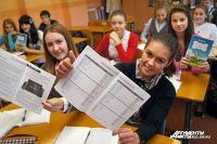 Власти Гурьевска продолжили традицию по вручению отличникам телефонов.