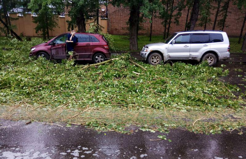 Автомобили, пострадавшие в результате урагана в Москве.