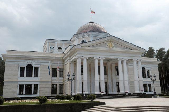 Выезд из резиденции Медведева заблокирован поваленными ураганом деревьями