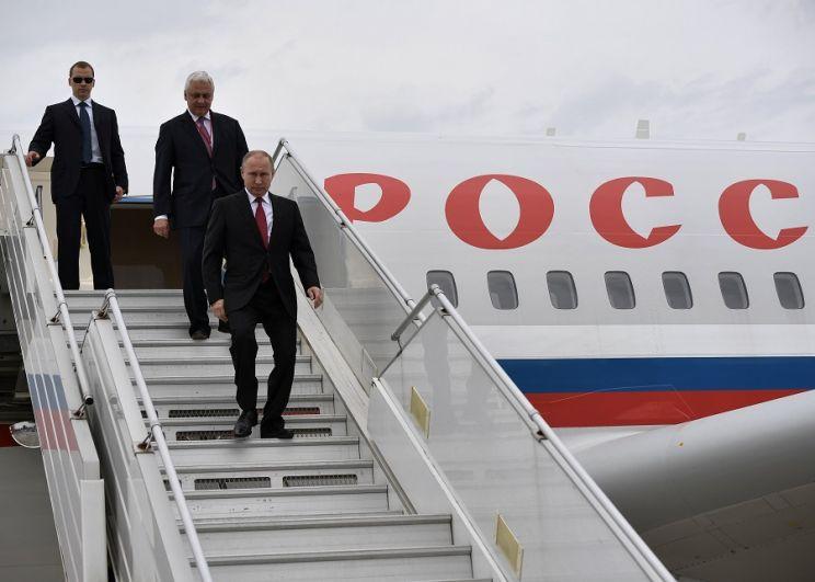Владимир Путин спускается по трапу во время встречи в парижском аэропорту имени Шарля де Голля.
