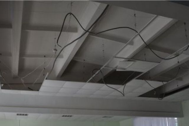 Потолок состоял из лёгких плиток.
