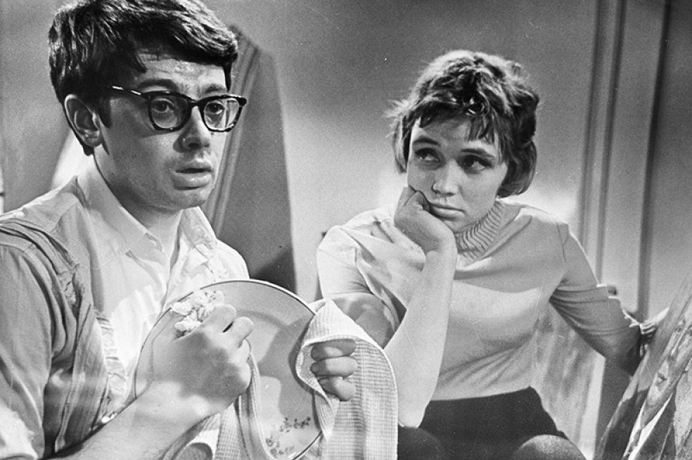 Лилия Алешникова и Александр Демьяненко в роли молодожёнов в художественном фильме «Взрослые дети» режиссёра Виллена Азарова. 1966 год.