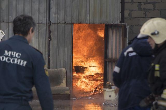 Пожарные спасли три дома от огня.