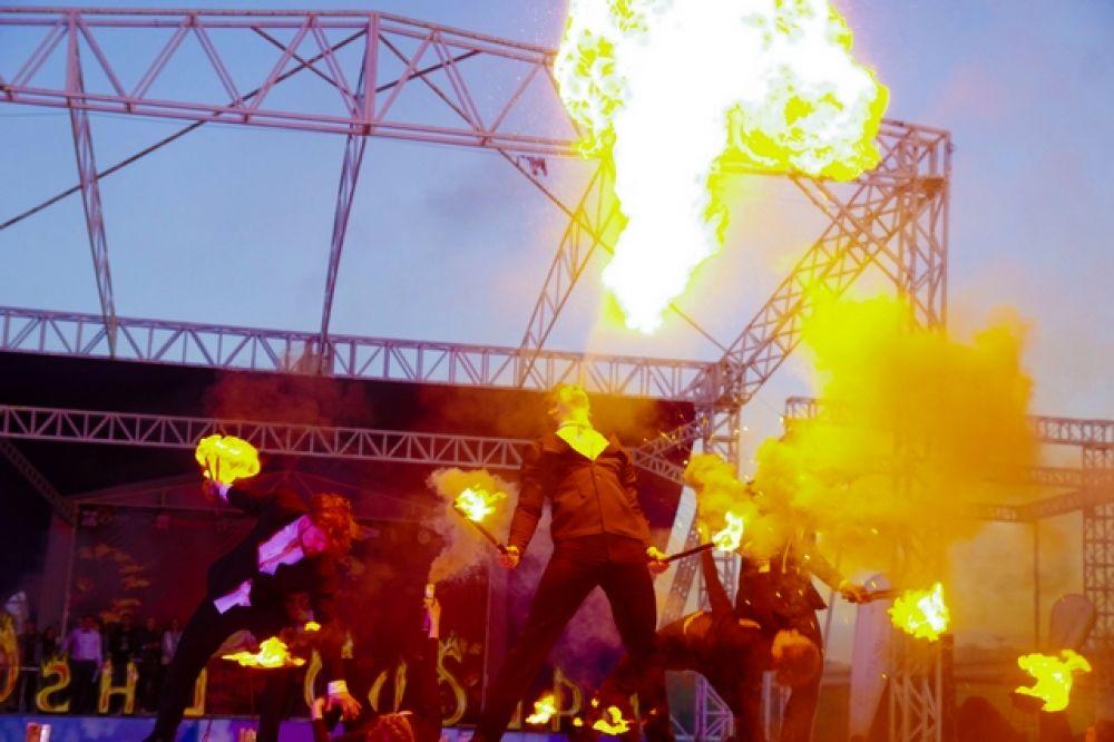 Большинство номеров было поставлено под рок-музыку, и на припеве участники отжигали по полной