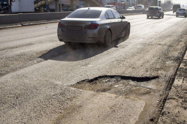 Отремонтированные осенью дороги с приходом весны рассыпаются.