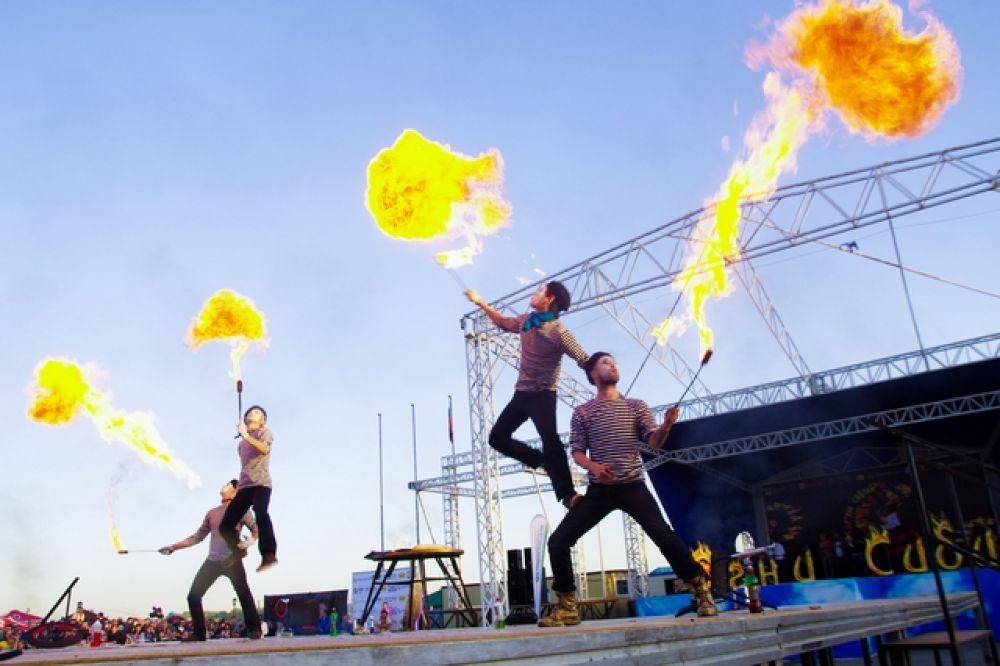 Укротители огня уверено жонглировали горящими факелами и как огнедышащие драконы выпускали изо рта столбы пламени.
