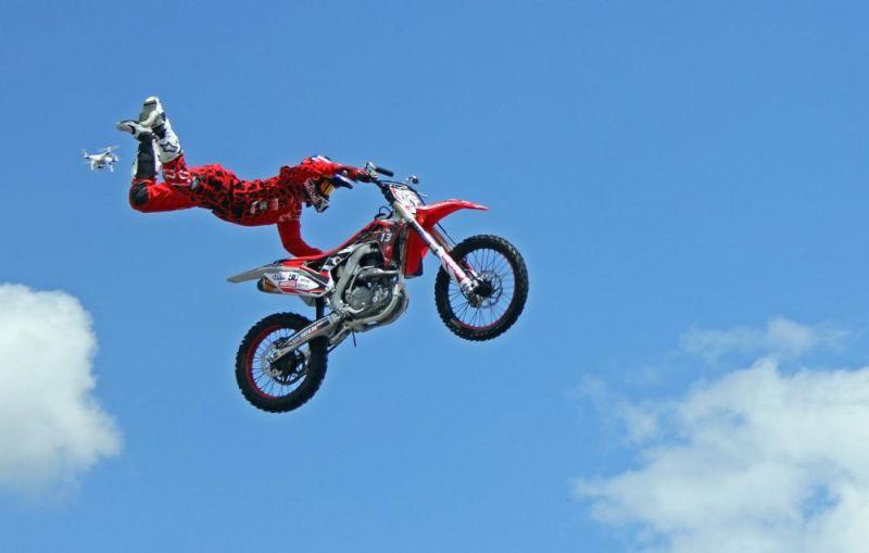 Главным событием авторевю стало выступление московской команды мотофристайла FMX 13, которая показала прыжки с трамплина с завораживающими трюками в небе.