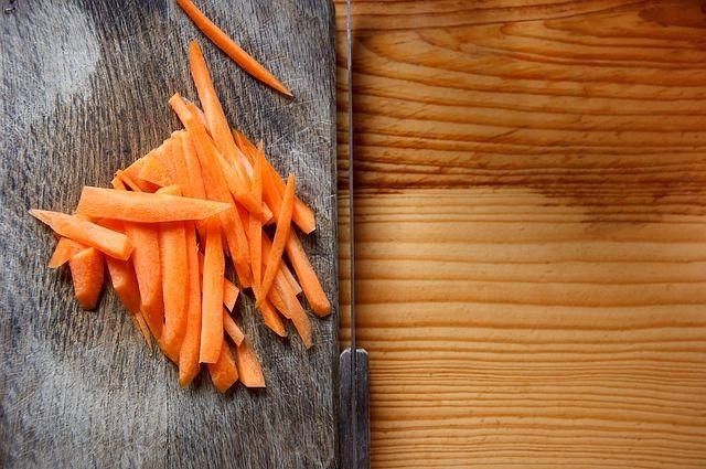Морковь по-корейски хорошо сочетается с мясом, рыбой и некоторыми овощами.