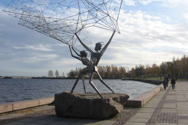 Петрозаводская набережная хорошо известна своими оригинальными памятниками