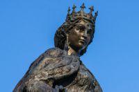 Статуя Анны Ярославны в Санлисе.