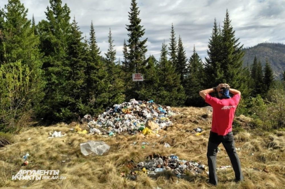 Не все туристы придерживаются принципов сохранения природы и оставлют мусор прямо у подножия.