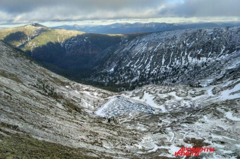 Люди приходят сюда, чтобы полюбоваться горными пейзажами. На фото красивейшее озеро Сердце.